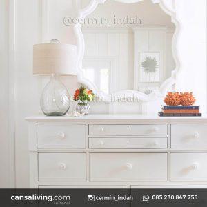 Spesifikasi Cermin Coastal Meja Antik Ruang Tamu Material Bahan : Kayu Jati Ukuran : P 80 x L 80 x T 3 Finishing : White Duco Tebal Kaca Cermin : 3 mm